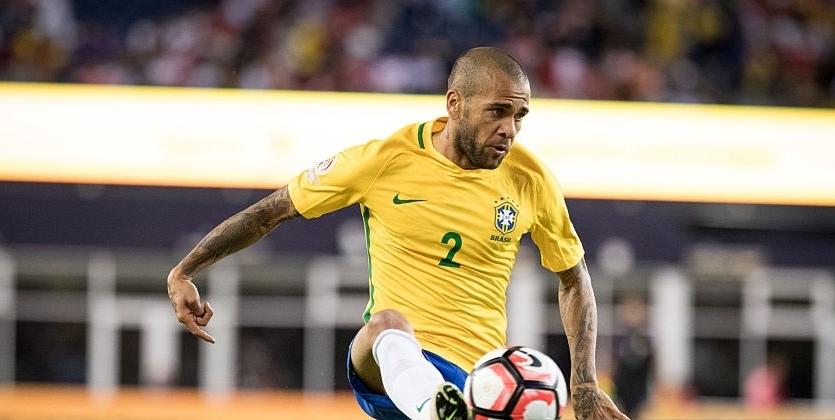 Командиром сборной Бразилии вматче против Колумбии будет Дани Алвес