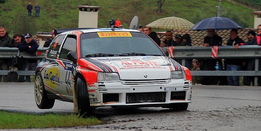 Автомобиль на бешенной скорости влетел в зрителей во время Rallylegend