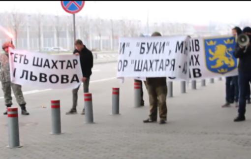 Шахтер в аэропорту встретили с баннерами «Вон из Львова»