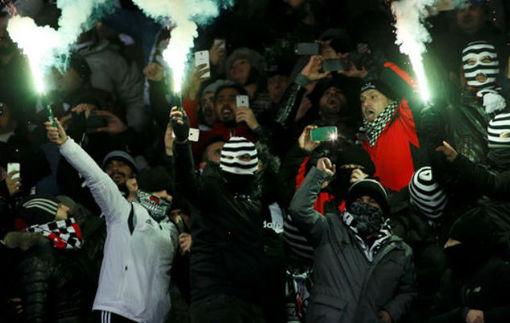 Фанаты Бешикташа устроили команде сумасшедшую поддержку в аэропорту после поражения в Киеве