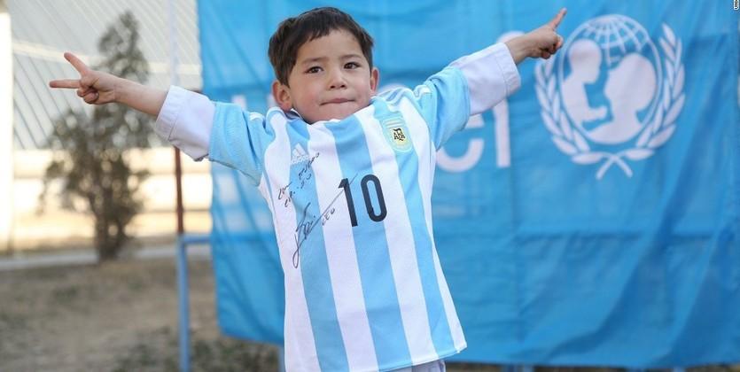 Лионель Месси встретился сафганским мальчиком, который сделал его футболку изпакета