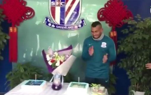 Китайские футболисты измазали лицо Тевеса праздничным тортом