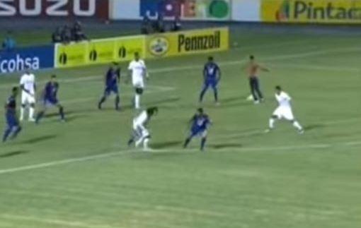 Фанат выбежал на поле и забил гол одновременно со своей командой