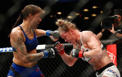Де Рандамье победила Холм, став первой в истории чемпионкой UFC в полулегком весе