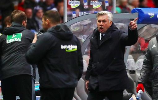 Анчелотти показал средний палец фанатам Герты в ответ на плевок с трибун