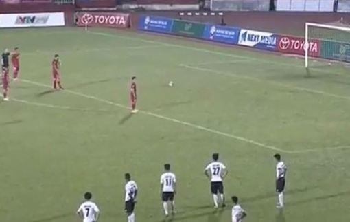 Вьетнамский вратарь попытался отбить пенальти спиной, а потом кувырком ушел от мяча