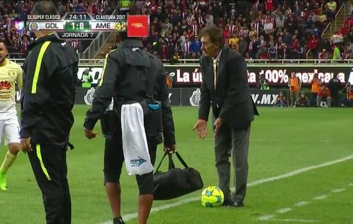 Тренер остановил игрока соперника подлой подножкой