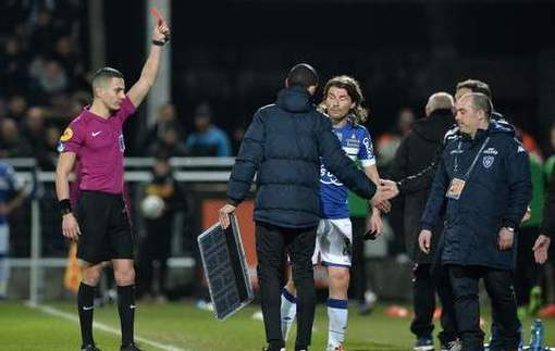Футболист выбил табло из рук судьи и получил красную карточку