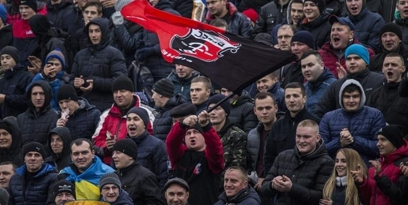 ВУкраинском государстве футбольные фанаты едва неизбили судью после матча